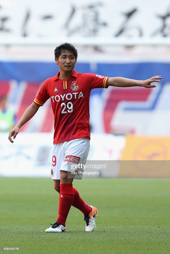 Ryuji Izumi of Nagoya Grampus in action during the J.League match between Nagoya Grampus and Yokohama F.Marinos at the Toyota Stadium on May 4, 2016 in Toyota, Aichi, Japan.