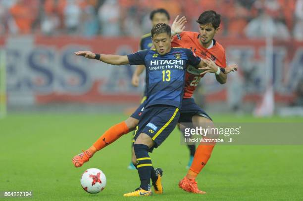 Ryuta Koike of Kashiwa Reysol controls the ball under pressure of Ariajasuru Hasegawa of Omiya Ardija during the JLeague J1 match between Omiya...