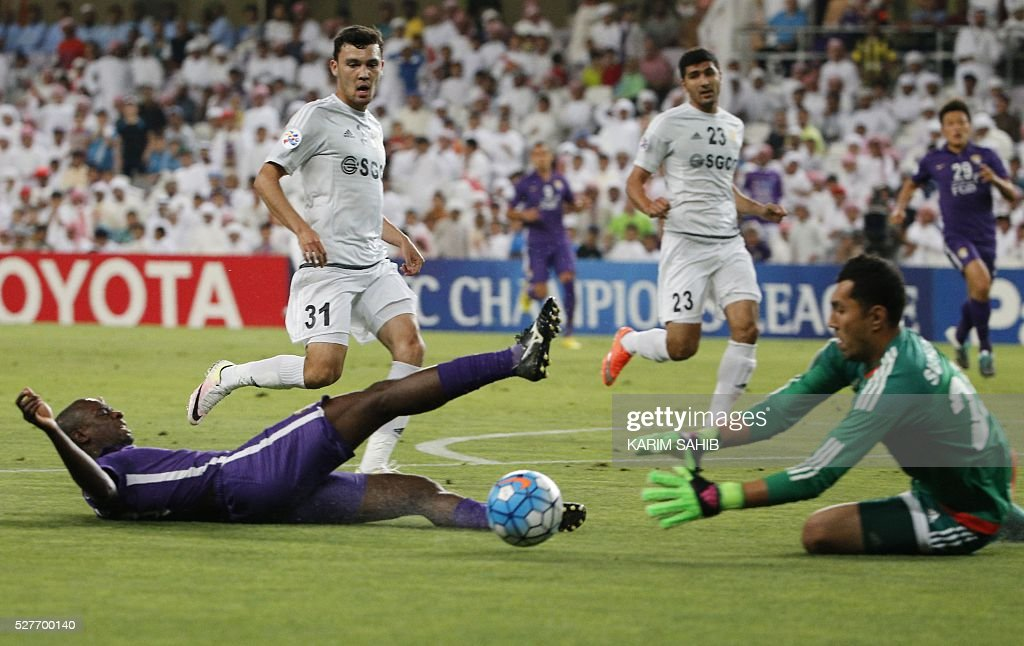UAE's Al-Ain Danilo Asprilla (L) tries to score as Uzbek's Nasaf club goalkeeper Eldorbek Suyunov (R) defends during their Asian Champions League group D football match at the Hazza bin Zayed Stadium in Al-Ain on May 3, 2016. / AFP / KARIM