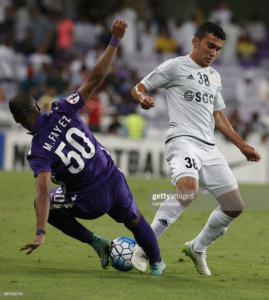 UAE's Al-Ain Mohammed Fayez (L) fights for the ball against Uzbekistan's Nasaf club player Narzullaev Donier during their Asian Champions League group D football match at the Hazza bin Zayed Stadium in Al-Ain on May 3, 2016. Al-Ain won the match 2-0. / AFP / KARIM