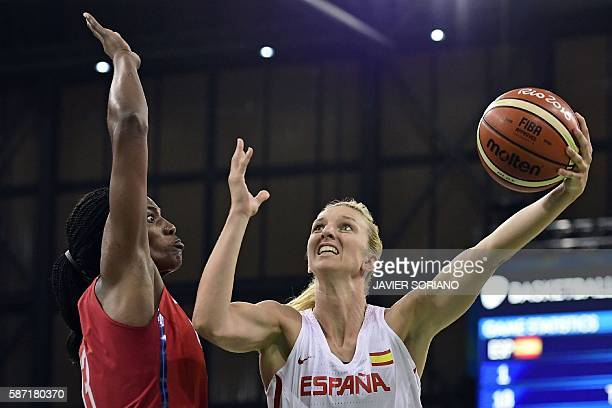 TOPSHOT USA's centre Sylvia Fowles defends against Spain's power forward Laura Gil during a Women's round Group B basketball match between Spain and...