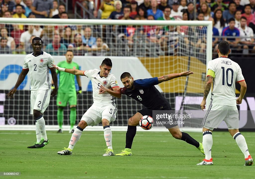 USA's Clint Dempsey (C-R) vies for the ball with Colombia's Guillermo Celis (C-L) during the Copa America Centenario third place football match in Glendale, Arizona, United States, on June 25, 2016. / AFP / Mark RALSTON
