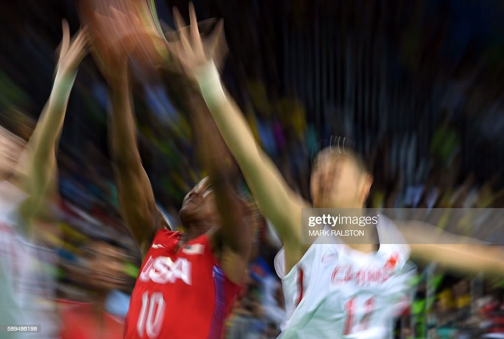 TOPSHOT - USA's forward Tamika Catchings (L) and China's power forward Huang Sijing go for the ball during a Women's round Group B basketball match between China and USA at the Youth Arena in Rio de Janeiro on August 14, 2016 during the Rio 2016 Olympic Games. / AFP / Mark RALSTON