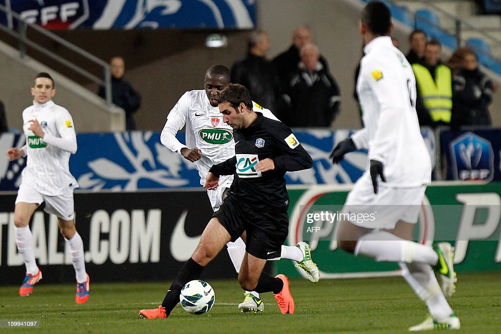 CAB's French forward Romain Pastorelli (C) vies with Brest players during the French football Cup match CA Bastia (CAB) vs Brest (SB29) at the Armand Cesari stadium in Bastia, French Mediterranean island of Corsica, on January 23, 2013.