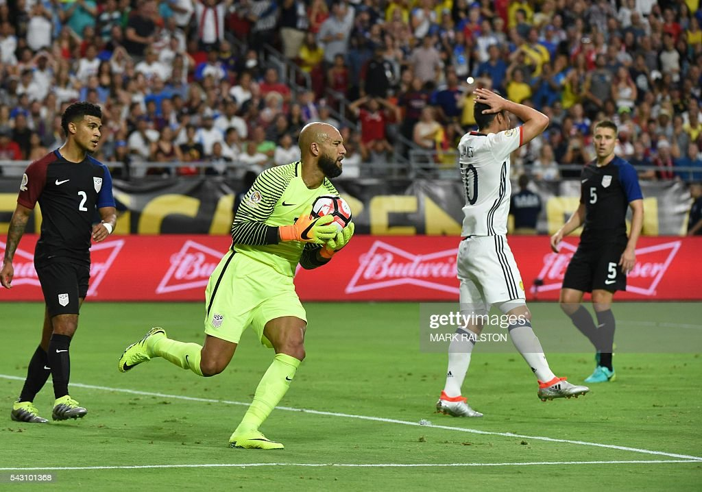 USA's goalkeeper Tim Howard (2-L) holds the ball as Colombia's James Rodriguez (2-R) gestures during the Copa America Centenario third place football match in Glendale, Arizona, United States, on June 25, 2016. / AFP / Mark RALSTON