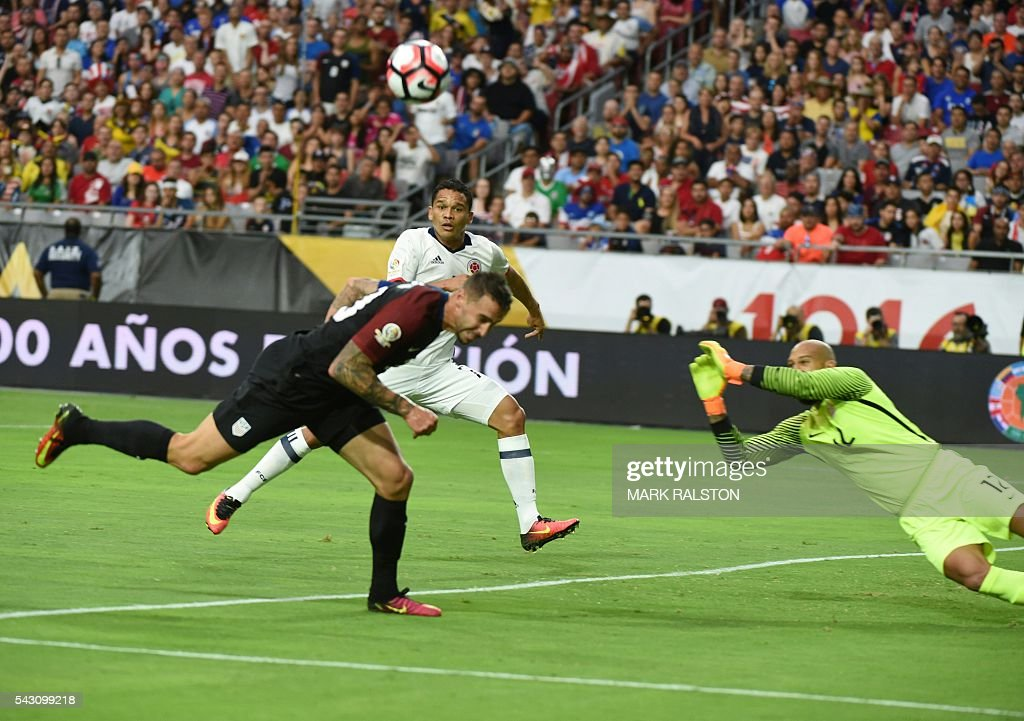 USA's goalkeeper Tim Howard (R) tries to catch the ball during the Copa America Centenario third place football match against Colombia in Glendale, Arizona, United States, on June 25, 2016. / AFP / Mark RALSTON