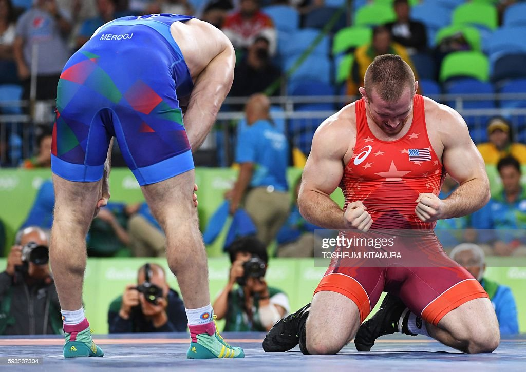 TOPSHOT - USA's Kyle Frederick Snyder (R) celebrates after winning against Azerbaijan's Khetag Goziumov in their men's 97kg freestyle final match on August 21, 2016, during the wrestling event of the Rio 2016 Olympic Games at the Carioca Arena 2 in Rio de Janeiro. / AFP / Toshifumi KITAMURA
