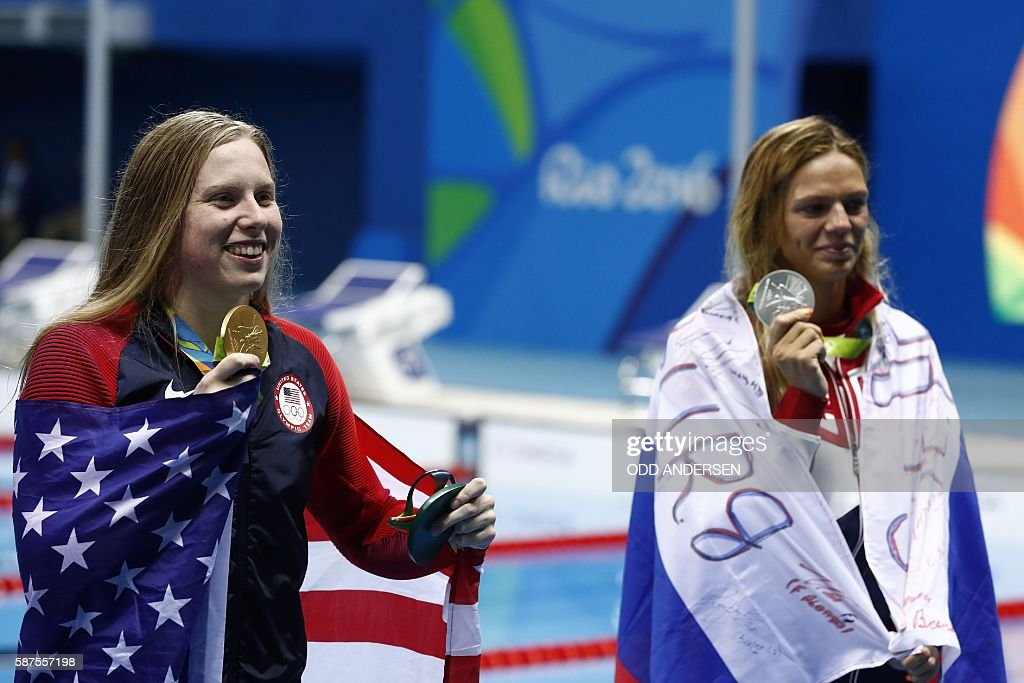 USA's Lilly King (L) poses with her gold medal next to silver medallist Russia's Yulia Efimova after she won the Women's 100m Breaststroke Final during the swimming event at the Rio 2016 Olympic Games at the Olympic Aquatics Stadium in Rio de Janeiro on August 8, 2016. / AFP / Odd ANDERSEN
