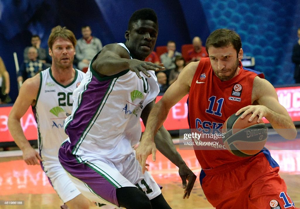 CSKA's Manuchar Markoishvili (R) and Unicaja's <a gi-track='captionPersonalityLinkClicked' href=/galleries/search?phrase=Earl+Calloway&family=editorial&specificpeople=801387 ng-click='$event.stopPropagation()'>Earl Calloway</a> (C)) fight for the ball on January 22, 2015 during a Euroleague basketball match in Moscow.