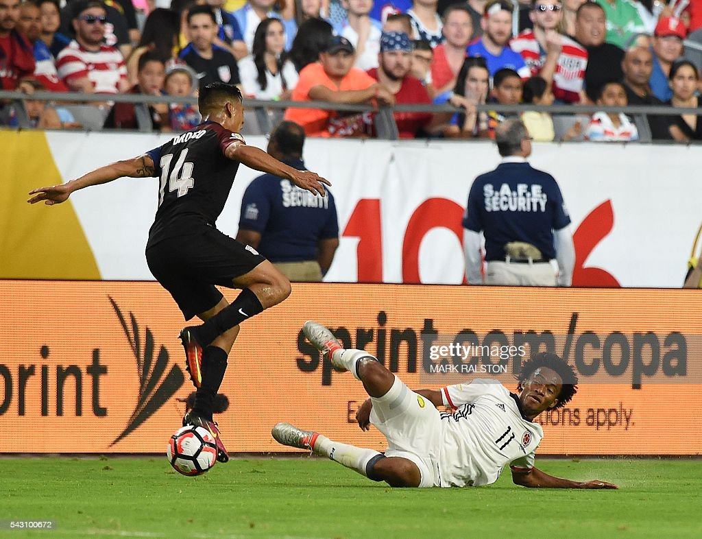 USA's Michael Orozco (L) vies for the ball with Colombia's Juan Cuadrado during the Copa America Centenario third place football match in Glendale, Arizona, United States, on June 25, 2016. / AFP / Mark RALSTON