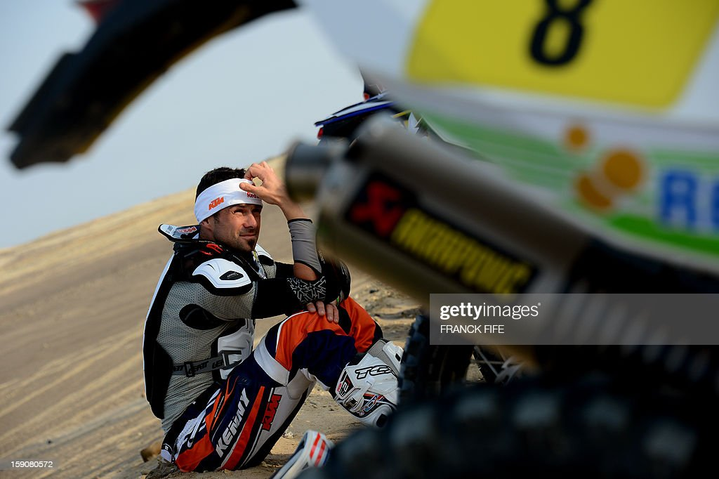 KTM's rider Cyril Despres (L) of France concentrates before Stage 3 of the Dakar Rally 2013 between Pisco and Nazca, Peru, on January 7, 2013. The rally will take place in Peru, Argentina and Chile from January 5-20. AFP PHOTO / FRANCK FIFE