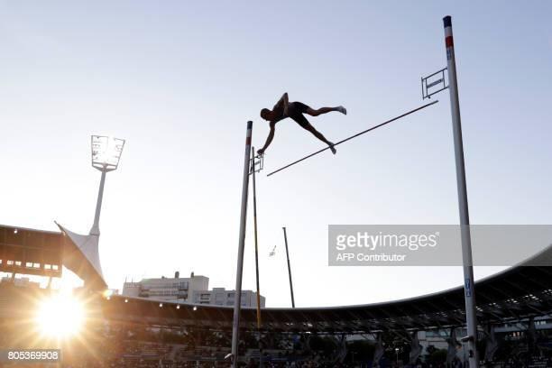 TOPSHOT USA's Sam Kendricks competes in the Pole Vault event of Paris' Diamond League athletics meeting on July 1 2017 in Paris / AFP PHOTO / Thomas...