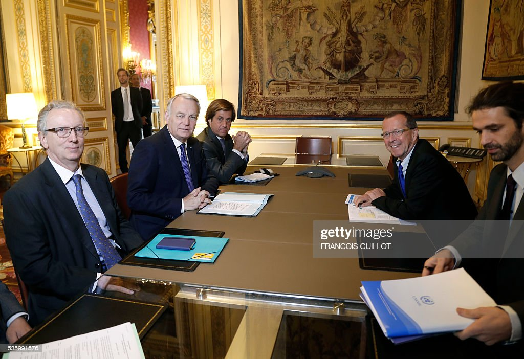 UN's special envoy on Libya Martin Kobler (2L) poses as he meets with French Foreign minister Jean-Marc Ayrault (2R) on May 31, 2016 in Paris. Kobler called on all the country's armed groups to unite against the Islamic State (IS) group. Kobler and Ayrault reaffirmed their support for the UN-backed unity government set up in the capital two months ago. / AFP / FRANCOIS