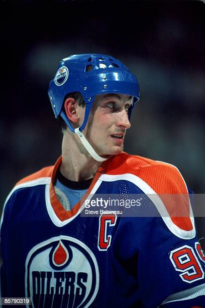 BOSTON MA 1980's Wayne Gretzky of the Edmonton Oilers takes a look over his shoulder against the Boston Bruins at the Boston Garden