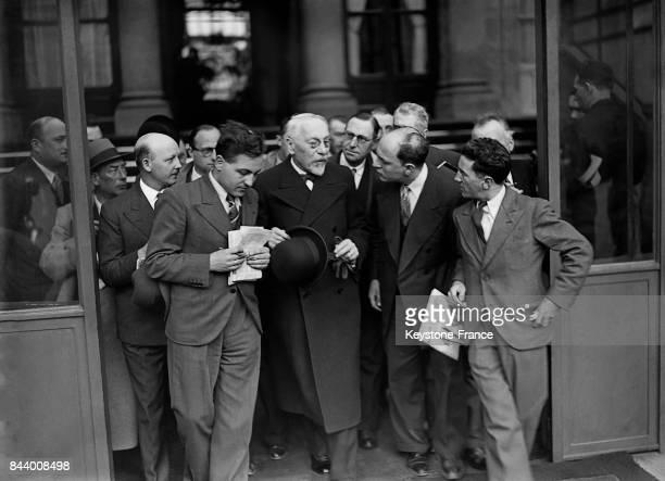 A sa sortie de l'Elysée Monsieur Jeanneney Président du Sénat est interrogé par les journalistes à Paris France le 5 juin 1935
