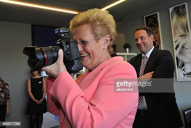 Saarlands Sozialministerin Monika Bachmann bei der Einweihung der Fotostudios der Agentur BeckerBredel in Saarbrücken