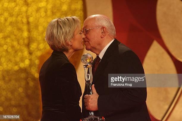 Sabine Christiansen Und Gastgeber Michail Gorbatschow Bei Der Verleihung Der 'Women'S World Awards' In Der Media City In Leipzig Am 291105