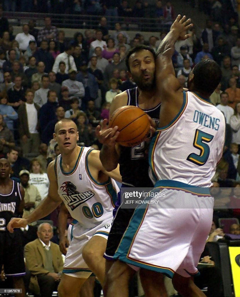 Sacramento Kings Vlade Divac C runs into Detroit
