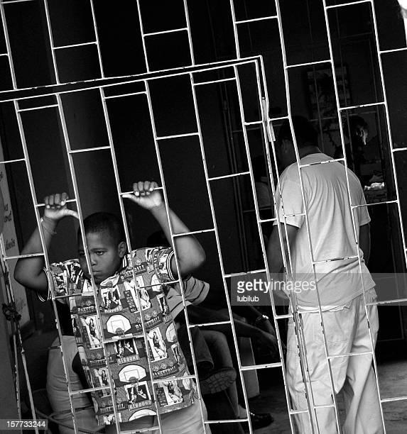Traurige junge hinter dem Zaun in der busstation in Trinidad und Cuba