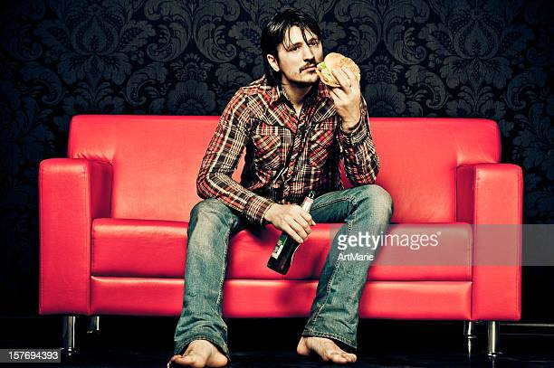 Homme triste salle à manger fast-food à la maison