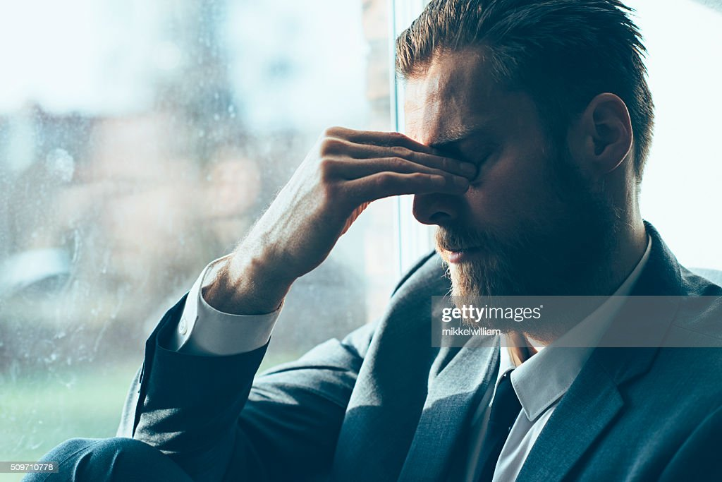 Look uomo anziano depresso e triste uomo copre gli occhi : Foto stock
