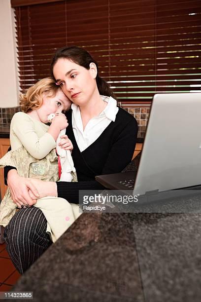 Triste Madre e hija con el ordenador portátil