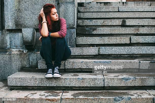 Triste jeune fille à l'extérieur