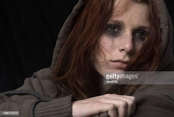 悲しげな女性の顔、によるメイクアップ