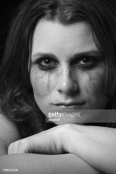 Triste visage de femme avec une forte et solide expression smeared de maquillage