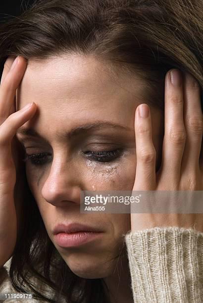 Femme triste avec des larmes smeared visage et maquillage