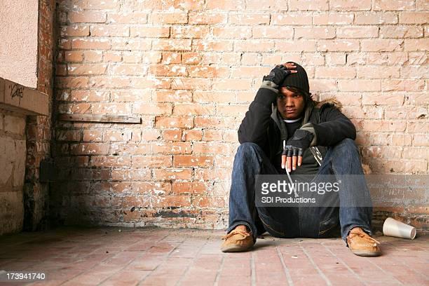 Triste giovane uomo con le mani sulla sua testa