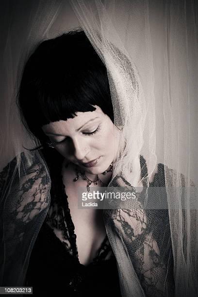 Traurige Junge Frau mit schwarzer Spitze