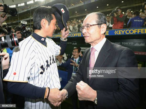 Sadaharu Oh the alltime home run leader in Japan shakes hands with national team manager Hiroki Kokubo after an 83 win over Israel in the World...