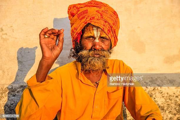 Sadhu-Indianer holyman sitzt im Tempel