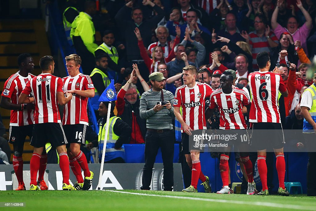 Sadio Mane (2nd R) of Southampton celebrates scoring his team's second goal with his team mates during the Barclays Premier League match between Chelsea and Southampton at Stamford Bridge on October 3, 2015 in London, United Kingdom.
