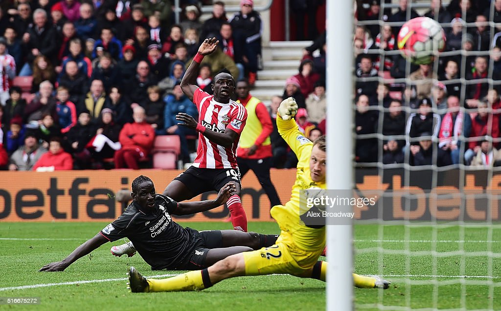 Sadio Mane of Southampton shoots past Mamadou Sakho and Simon Mignolet of Liverpool to score their first goal during the Barclays Premier League match between Southampton and Liverpool at St Mary's Stadium on March 20, 2016 in Southampton, United Kingdom.