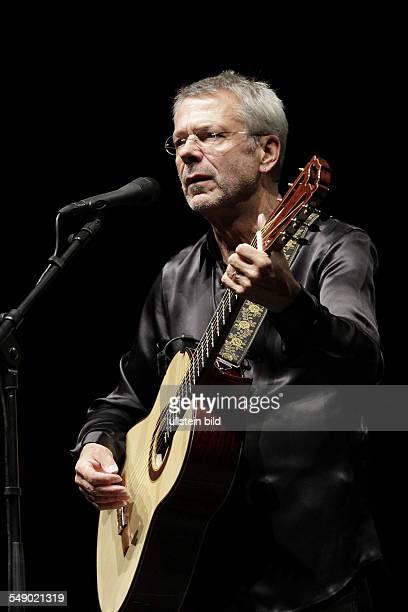 Saenger Liedermacher Reinhard Mey beim Konzert im Berliner Tempodrom