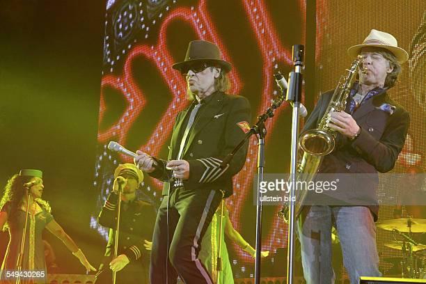 Saenger Udo Lindenberg und Special Guest Helge Schneider am Saxofon beim Konzert in der Berliner O2World