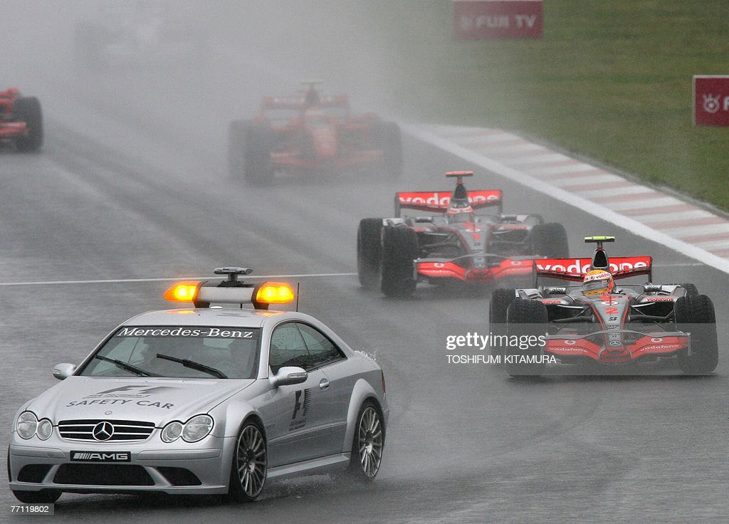 Safety car leads the pack to start the rain-conditioned Japanese Formula One Grand Prix at the Fuji Speedway, some 100 kms west of Tokyo, 30 September 2007.