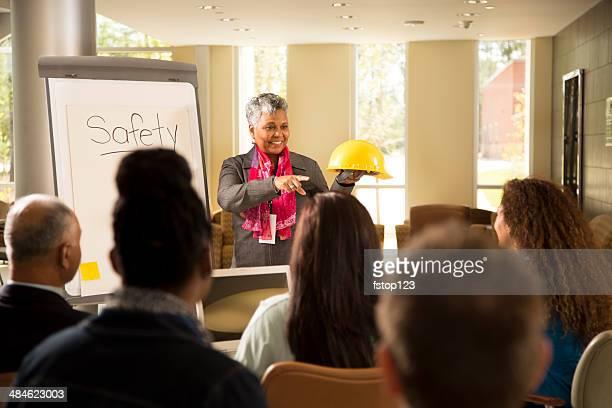 Sicurezza sul posto di lavoro.  Presentazione con ufficio i lavoratori.