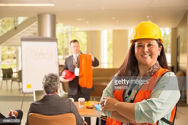 Sicherheit am Arbeitsplatz.  Präsentation mit Arbeitnehmer.