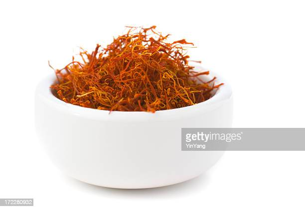 Saffron Spice en Bowl, Red española condimento Aislado en blanco