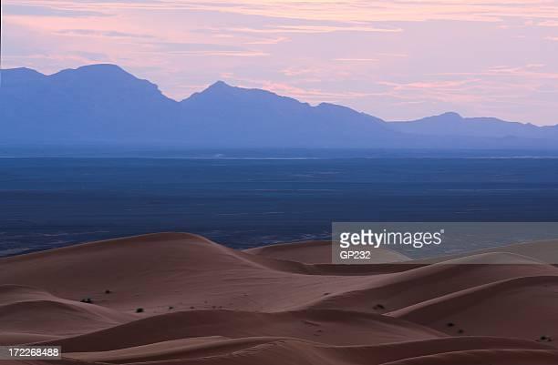 Sahara dunes du désert et les montagnes au crépuscule