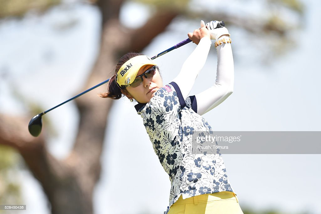 <a gi-track='captionPersonalityLinkClicked' href=/galleries/search?phrase=Saiki+Fujita&family=editorial&specificpeople=7535141 ng-click='$event.stopPropagation()'>Saiki Fujita</a> of Japan hits her tee shot on the 4th hole during the first round of the World Ladies Championship Salonpas Cup at the Ibaraki Golf Club on May 5, 2016 in Tsukubamirai, Japan.