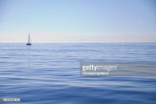 Sailboat alone on the ocean : Stockfoto
