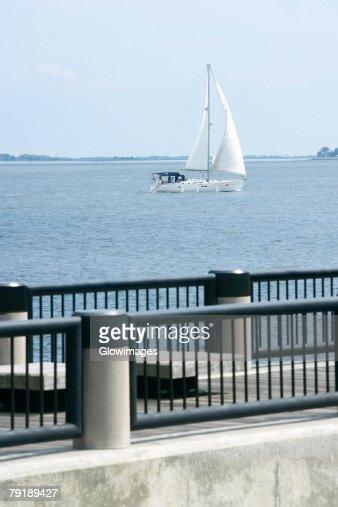 Sailboat sailing in a river, Waterfront Park, Cooper River, Charleston, South Carolina, USA : Foto de stock