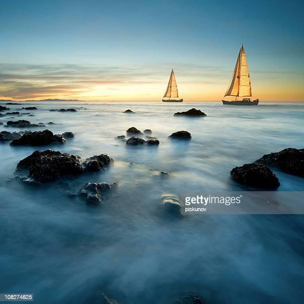Segelboote auf dem Meer in der Dämmerung