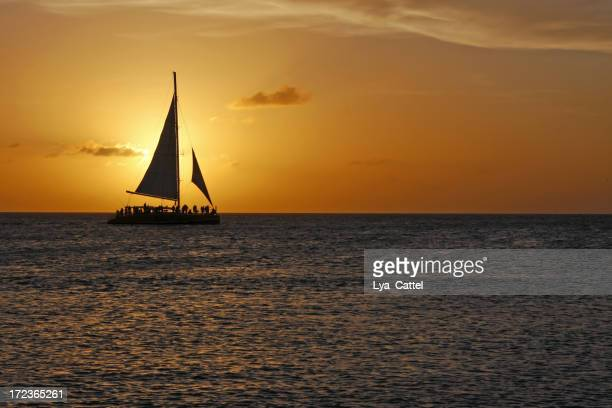 Barco de vela en el crepúsculo
