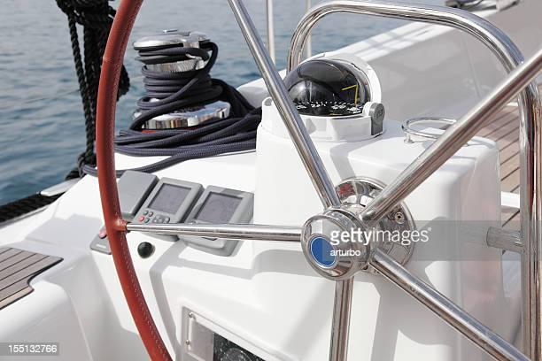 Barca a vela cabina di pilotaggio e volante