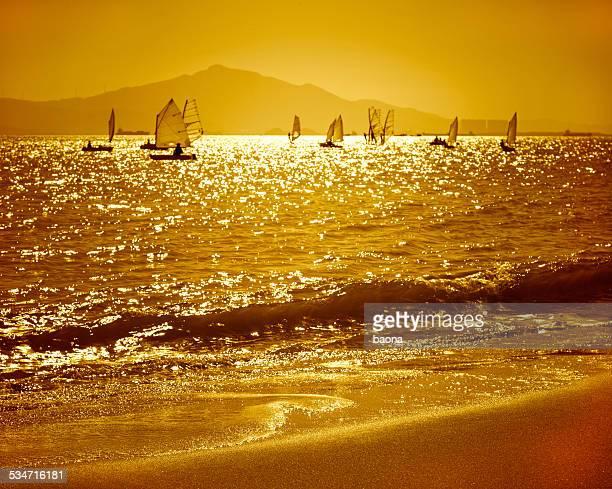 Segeln Schiffe bei Sonnenuntergang
